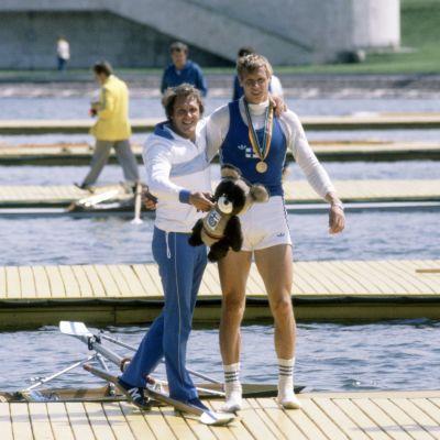 Pertti Karppinen, Moskovan olympialaisten soudun kultamitalisti, sukkasillaan kultamitali kaulassaan valmentajansa Jarkko Ranisen kainalossa.