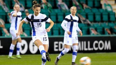 Natalia Kuikka passar bollen.