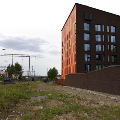 Joensuun Ellin kohde Itäranta 18 sijaitsee radan ja Pielisjoen välissä...