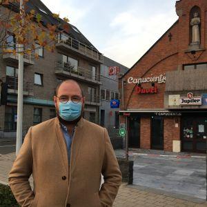 Restaurangförbundets ordförande Steven Rosseel står utanför en stängd krog i den belgiska