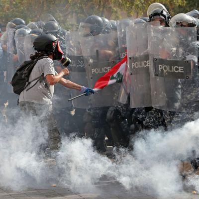 Demonstrant och kravallpolis drabbar samman i Beirut.