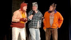 Tre rovdjursfigurer gör allians för att fånga killingarna i Mariehamnsamatörteater