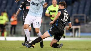 Sauli Väisänen tacklar en Lazio-spelare i Serie A.