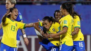 Marta firar karriärens 17:e VM-mål i segernatchen mot Italien i VM 2019.