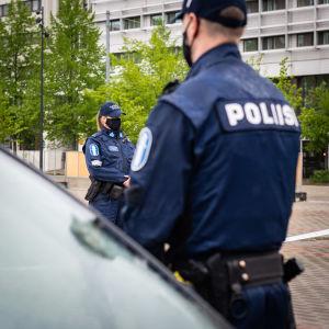 Poliiseja varusteineen.