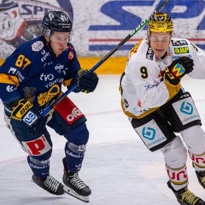 Aleksi Saarela har inget kontrakt med Florida, utan fortsätter tillsvidare i Lukko, medan Jesse Puljujärvi har lämnat Kärpät för spel i Edmonton.