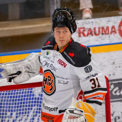 Förra säsongen fick Emil Larmi vara målvaktsreserv i NHL-match.