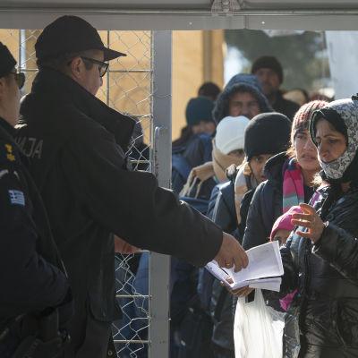 Asylsökande vid gränsen mellan Grekland och Makedonien i februari 2016.