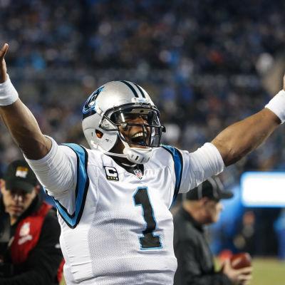 Cam Newton firar touchdown.