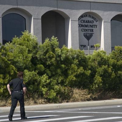 Polis vaktar synagoga på trafiktom väg i Poway.