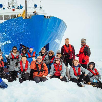 Fartyget fastnade i isen på julafton.