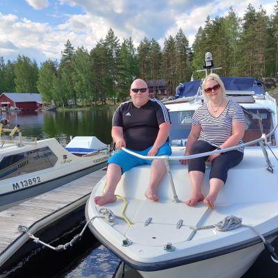 Tiina Hangas ja Jonne Leivo matkaveneensä kannella.