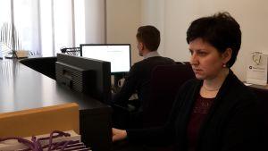 i receptionen på företaget Grant Thornton i Riga sitter en kvinna och en man vid sina datorer