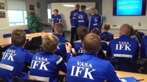 Vasa IFK:s B-juniorer går fotbollens D-tränarkurs, september 2016