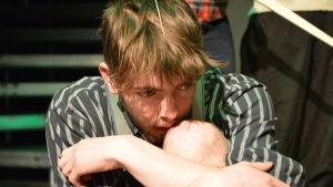 Skådespelare Martin Paul spelar Mickey i Blood Brothers.