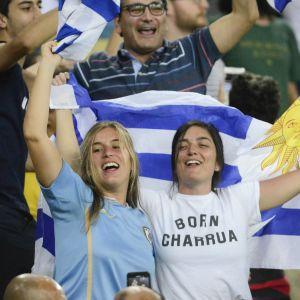 Uruguays fans jublar efter Uruguays segermål över Chile.