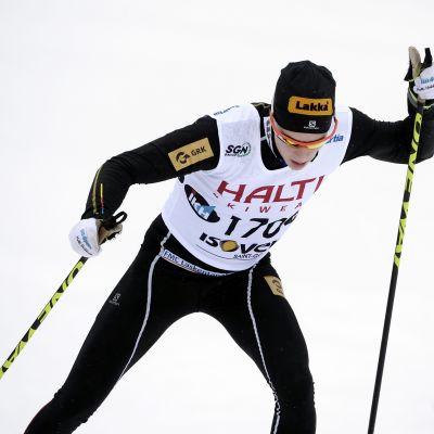 Matti Heikkinen i farten i skidspåret.