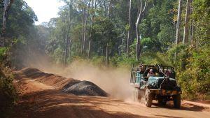 Kina satsar nu stort på att bygga nya vägar och broar i Kambodja. Det kinesiska inflytandet blir allt mer påfallande.