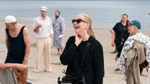 Regissören Zaida Bergroth står på en strand under inspelningen av filmen Marias paradis.