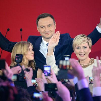 Den nya presidenten Andrzej Duda efter valsegern. På bilden också hans hustru och dotter.