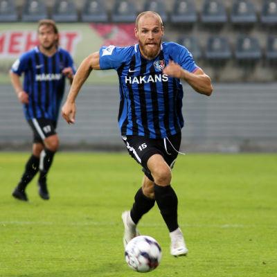 Timo Furuholm springer med bollen