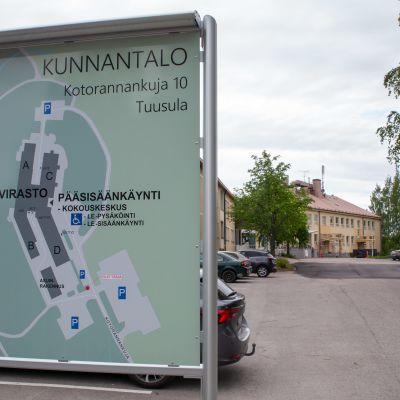 Tuusulan kunnantalon opastekyltti.