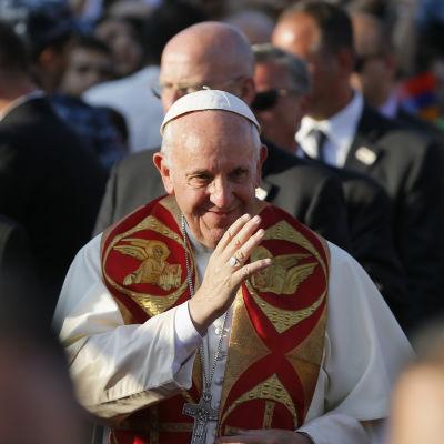Påven Franciskus besöker Armenien klädd i vitt och rött med gulddetaljer.