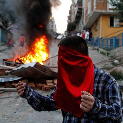 Oroligheter i Istanbul efter säkerhetspolisens räder mot misstänkta IS-aktivister.