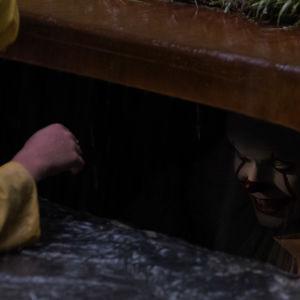 Clownen kikar fram ur avloppstrumman.