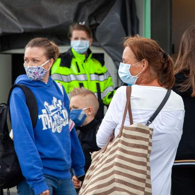 Italiasta tulleita ihmisiä kasvomaskeissa Lappeenrannan lentoasemalla 1.7.2020.
