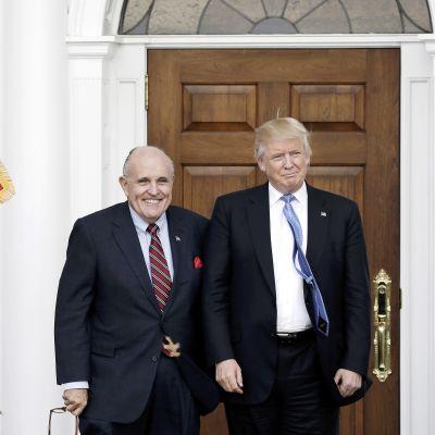 Rudy Giuliani poseerasi presidentti Trumpin kanssa Trumpin omistaman golf-klubin edustalla New Jerseyssä marraskuussa 2016.