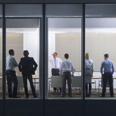 Bild av människor i en kontorbyggnad.
