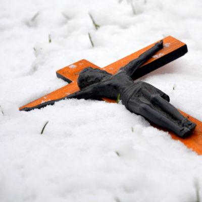 Krusifix i snön.