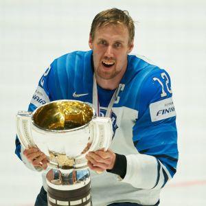 Marko Anttila lyfter VM-bucklan.