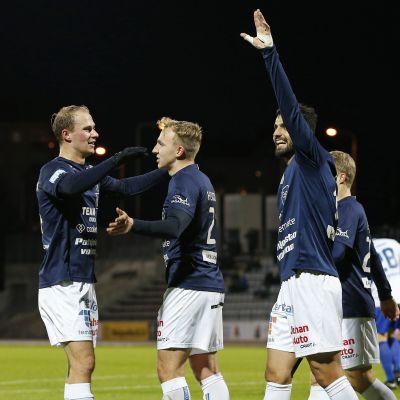 AC Oulu-spelare firar mål.