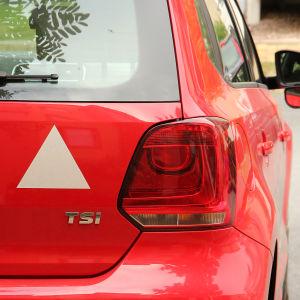 Vit triangel på röd bil