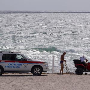 Livräddare i Miami Beach i Florida gör förberedelser inför orkanen Irmas ankomst.
