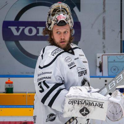 TPS:n Karri Rämö ottelussa Lukkoa vastaan keväällä 2021.