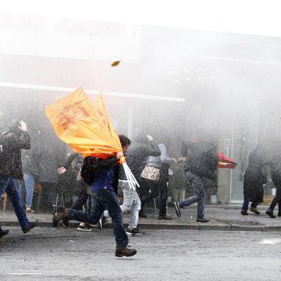 Polisen angriper demonstranter i Istanbul med vattenkanon.