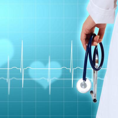 En hand håller i ett stetoskop mot en blå bakgrund med ljusa hjärtan och en hjärtfilm.