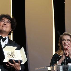 Den sydkoreanska regissören Bong Joon-Ho firar sitt pris för filmen Parasite (Gisaengchung) i Cannes tillsammans med den franska skådespelerskan Catherine Deneuve.