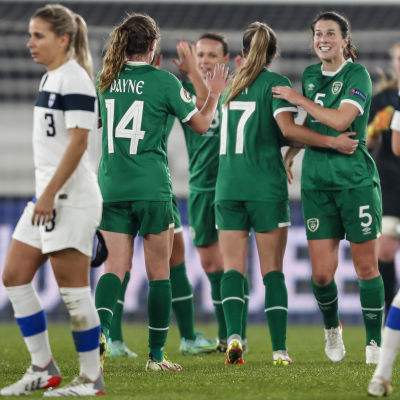 Irland firar mål mot Finland.