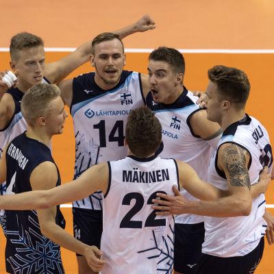 Finlands volleybollherrar kramar om varandra efter seger.