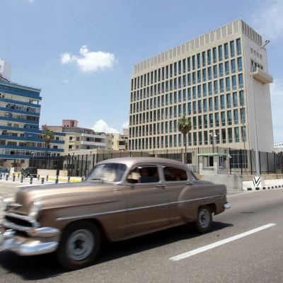 Gammal amerikansk bil utanför USA:s ambassad i Havanna.