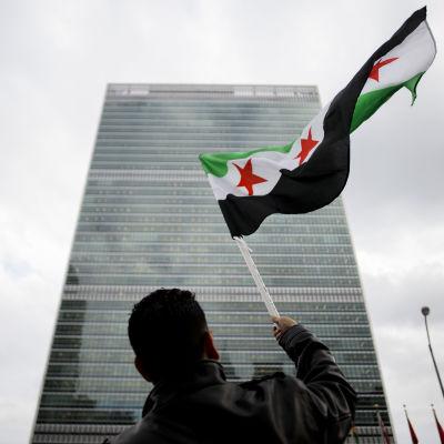 Demonstration utanför FN-högkvarteret i New York inför säkerhetsrådets omröstning om en Syrienresolution.