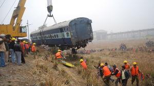 Hjälparbetare röjer undan och räddar överlevande efter en tågolycka nära staden Kanpur i Indien i januari 2010.