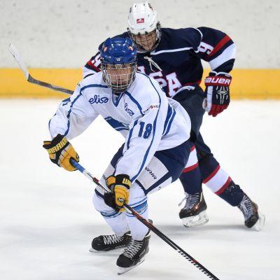 Janne Kuokkanen driver med pucken i en match mot USA 2015.