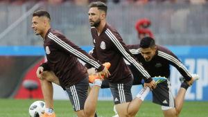 Javier Hernandez, Miguel Layun och Rafael Marque visar prov på sin vighet under ett träningspass.