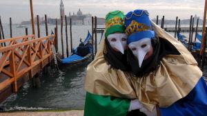 Två maskerade personer under karnevalen i Venedig. Bilden är från 2007.