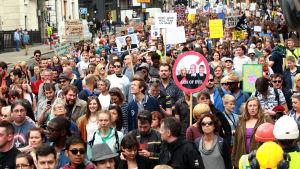 Många människor håller i plakat under demonstrationen för EU i London den 2 juli 2016.